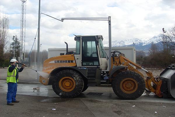Lavage de véhicule avec bras rotatif